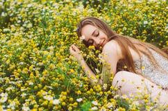 jeunes de sourire de verticale de fille photographie stock