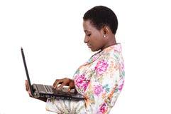 jeunes de sourire de femme d'ordinateur portatif image libre de droits