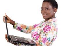 jeunes de sourire de femme d'ordinateur portatif photographie stock libre de droits