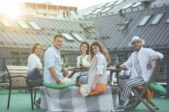 Jeunes de sourire sur le toit Image libre de droits