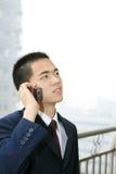 jeunes de téléphone portable d'homme de fixation d'affaires photo stock