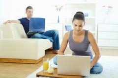 jeunes de travail à domicile de couples Photo libre de droits