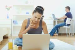 jeunes de travail à domicile de couples Photo stock