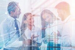 Jeunes directeurs divers dans le bureau, interface images libres de droits