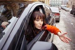 Jeunes discutant le conducteur femelle Image libre de droits