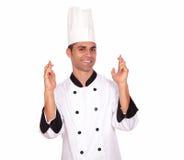Jeunes doigts masculins de croisement de cuisinier tout en se tenant Images stock
