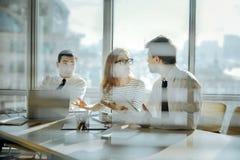 Jeunes employés de bureau ayant la discussion passionnée Photos libres de droits