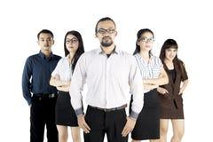 Jeunes employés sûrs avec leur chef Photos stock