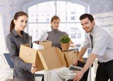 Jeunes employés de bureau déménageant le bureau Images libres de droits