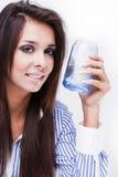 jeunes en verre de femme de l'eau Image stock