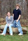 Jeunes enfants de mêmes parents de l'adolescence heureux (3) Photo libre de droits