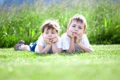 Jeunes enfants de mêmes parents sur l'herbe Photos stock