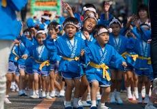 Jeunes enfants japonais dansant à un festival Image libre de droits