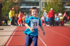 Jeunes enfants préscolaires, courant sur la voie en concurrence de marathon Photographie stock