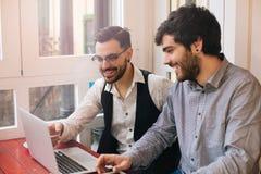 Jeunes entrepreneurs dans une barre de café Photos libres de droits