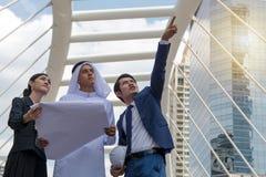 Jeunes entrepreneurs discutant des potentiels commerciaux Photographie stock libre de droits