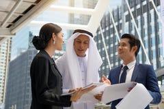 Jeunes entrepreneurs discutant des potentiels commerciaux Photos stock