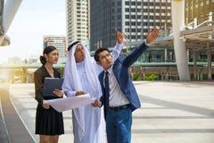 Jeunes entrepreneurs discutant des potentiels commerciaux Photo stock