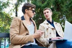 Jeunes entrepreneurs discutant le travail dans le parc image stock