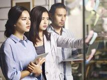 Jeunes entrepreneurs relevant le défi faisant le plan d'action image libre de droits