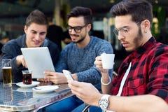 Jeunes entrepreneurs travaillant au café Photos stock