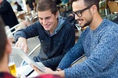Jeunes entrepreneurs travaillant au café Images libres de droits