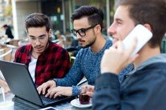Jeunes entrepreneurs travaillant au café Photo libre de droits