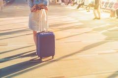 Jeunes espadrilles blanches occasionnelles d'usage de femme se tenant avec le costume de voyage Photos stock