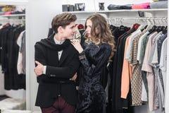 Jeunes et à la mode vêtements d'achats de couples Photos stock