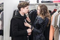 Jeunes et à la mode vêtements d'achats de couples Photo libre de droits