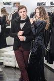Jeunes et à la mode vêtements d'achats de couples Photo stock