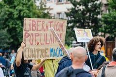 Jeunes et aînés à la protestation dans les Frances contre le macron Images stock