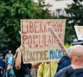 Jeunes et aînés à la protestation dans les Frances contre le macron Image libre de droits