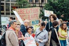 Jeunes et aînés à la protestation dans les Frances contre le macron Photos stock