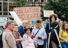 Jeunes et aînés à la protestation dans les Frances contre le macron Photo libre de droits