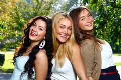 Jeunes et attirantes amies en stationnement Photo libre de droits