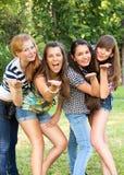 Jeunes et attirantes amies en stationnement Photographie stock