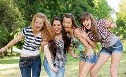 Jeunes et attirantes amies en stationnement Photos stock