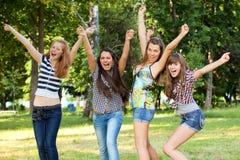 Jeunes et attirantes amies en stationnement Images libres de droits