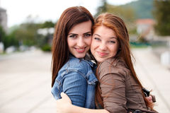 Jeunes et attirantes amies heureuses Images libres de droits