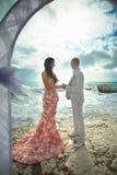 Jeunes et attrayants couples étreignant à la cérémonie de mariage Image libre de droits