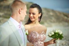 Jeunes et attrayants couples étreignant à la cérémonie de mariage Images libres de droits