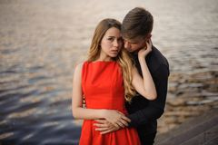 Jeunes et beaux couples dans l'amour sur le fond de l'eau Image stock