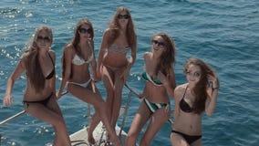 Jeunes et beaux modèles ondulant leurs mains à banque de vidéos