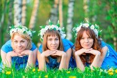 Jeunes et belles amies sur l'herbe verte Photos libres de droits