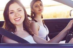 Jeunes et belles filles conduisant une voiture Photographie stock libre de droits