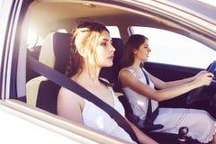 Jeunes et belles filles conduisant une voiture Image stock