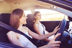 Jeunes et belles filles conduisant une voiture Photos stock