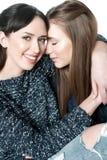 Jeunes et belles soeurs dans l'amitié photos stock