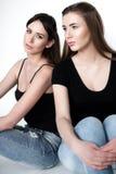 Jeunes et belles soeurs dans l'amitié, partageant la joie, confiance, l Photos libres de droits